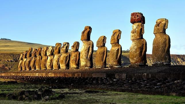 Vista de Moais en la Isla de Pascua (Chile)