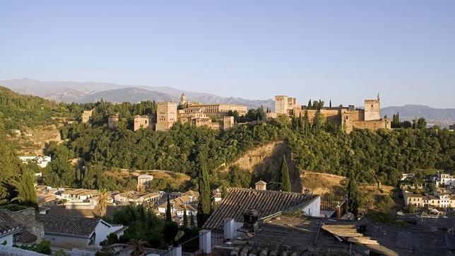 Vista general de la Alhambra desde el Mirador de San Nicolás, en el barrio del Albaicín
