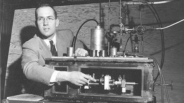 Charles Townes explica su invención del «maser»