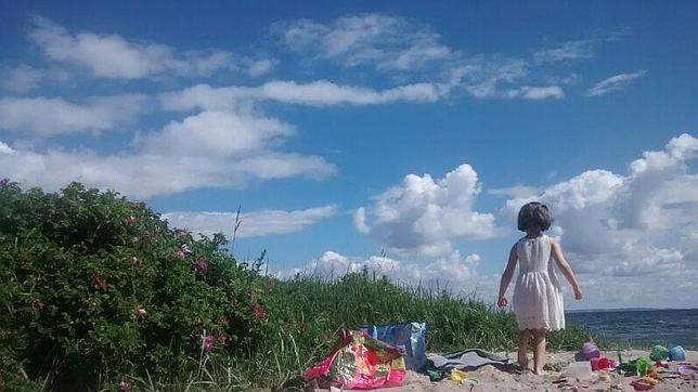 Frida, la hija de Cecilia, de paseo por la playa de Aarhus