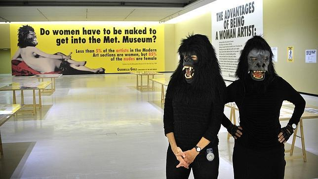 Miembros de las Guerrilla Girls en la exposición de Bilbao en 2013