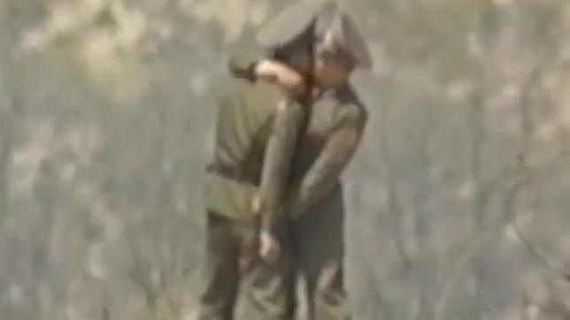Captura del beso entre dos soldados norcoreanos