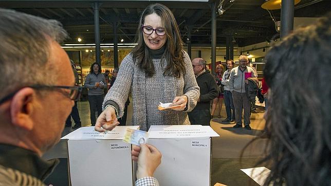 Imagen de Mònica Oltra en el momento de depositar su voto