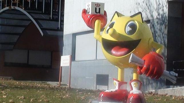 por qué la universidad rey juan carlos le dedica una estatua al