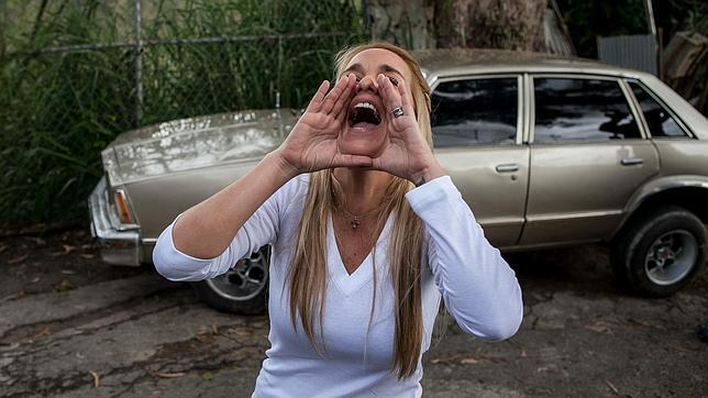 La esposa de Leopoldo Lopez grita mensajes de aliento a su marido desde fuera de la Prisión Militar de Ramo Verde