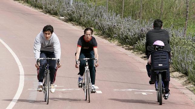 Varias personas circulan en bici por el anillo verde a la altura del barrio de San Blas