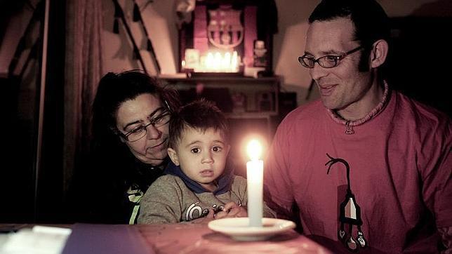 Carmen, con su nieto Kevin, y José Antonio Gómez, miembro de la Alianza contra la Pobreza Energética