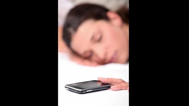 Esto es lo que puede pasarte si no apagas el móvil por la noche