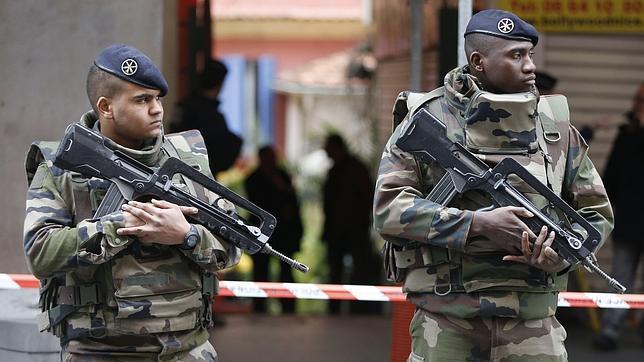 Un hombre acuchilla y hiere a tres soldados que custodiaban un centro judío en Niza