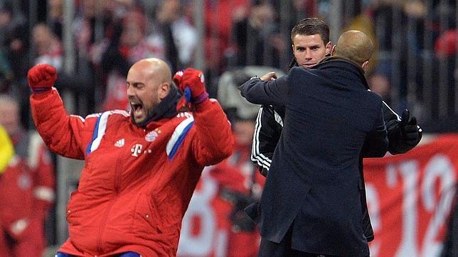Guardiola Abraza Al Asombrado Cuarto árbitro Mientras Reina Festeja El Gol  Del Bayern