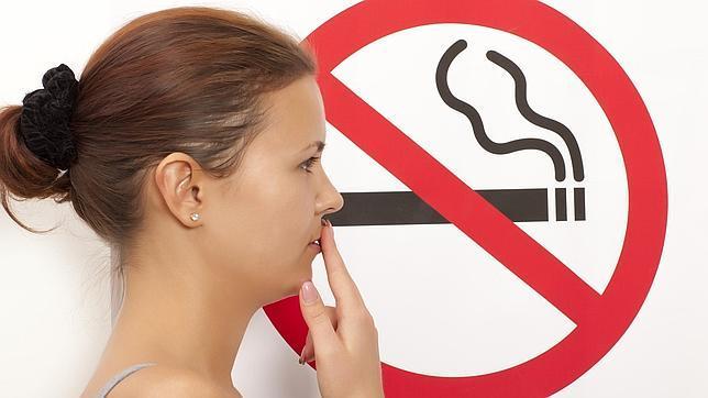 La mujer se incorporó más tarde al hábito de fumar