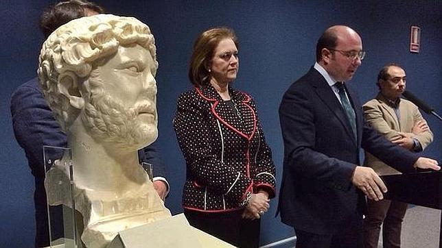 El consejero murciano Sánchez presenta el busto hallado en Yecla. VICENTE VICÉNS (LA VERDAD DE MURCIA)