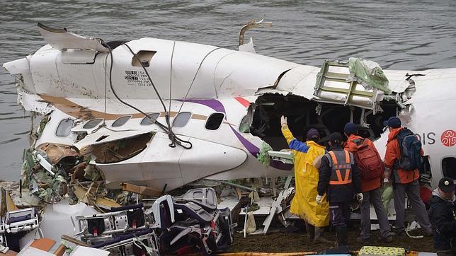 El piloto de Taiwán giró el avión para evitar chocar contra edificios y caer al río