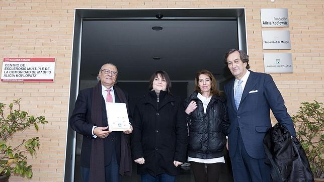 El consejero de Asuntos sociales, Jesús Fermosel, junto Sonia (izquierda) y Nieves (derecha), afectadas de esclerosis multiple, y el presidente de FEMM, Javier Puig de la Bellacasa en la presentación de la guía
