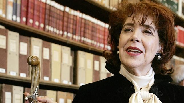 La escritora, ataviada como académica francesa, durante una entrevista