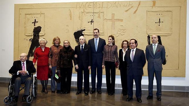 Familiares de María Josefa Huarte posaron con los Reyes en el Museo Universidad de Navarra el pasado 22 de enero
