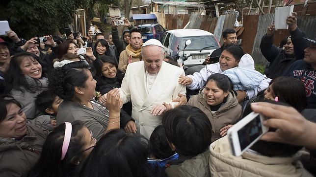 El Papa Francisco visitó por sorpresa un barrio pobre en las afueras de Roma