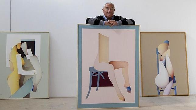 El pintor Alberto Labad con algunas de sus obras