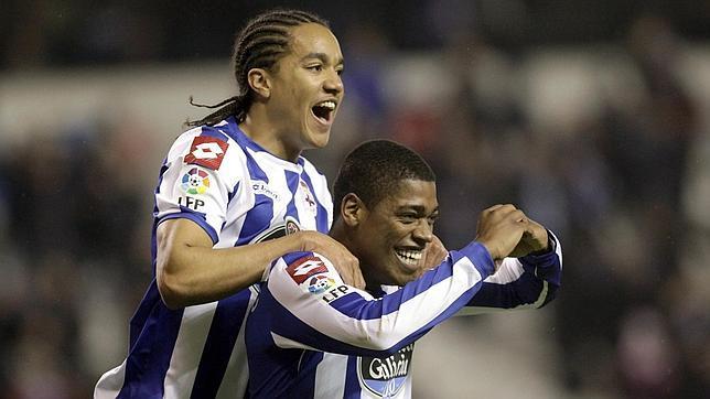 Los jugadores del Dépor Cavaleiro y Hélder Costa celebran un gol al Éibar en Riazor