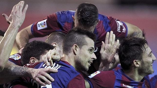 Los jugadores del Eibar felicitan a Manu del Moral tras marcar ante el Getafe