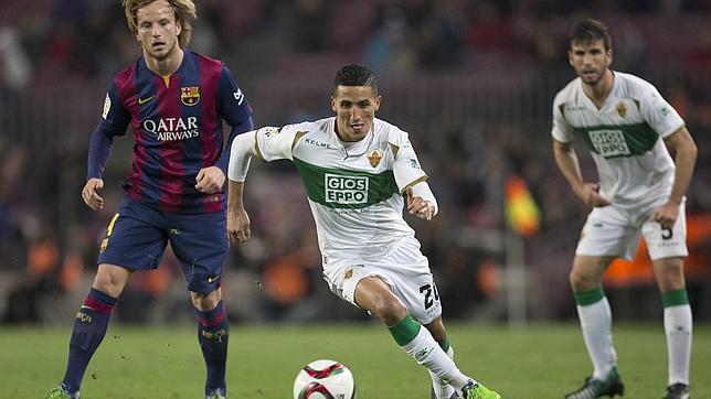 Faycal Fajr escapa de Ivan Rakitic en un Barça-Elche de Copa del Rey