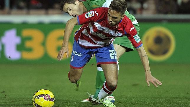 El jugador del Granada Robert Ibáñez escapa de Albácar, del Elche, durante un reciente el partido de Liga en el Nuevo Estadio de Los Cármenes