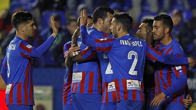Los jugadores del Levante celebran un gol al Málaga en el reciente choque de Liga