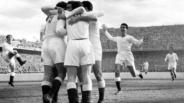 Los jugadores merengues hacen piña tras marcar un gol en un Real Madrid 5 Barcelona 0 disputado en el Bernabéu en 1953