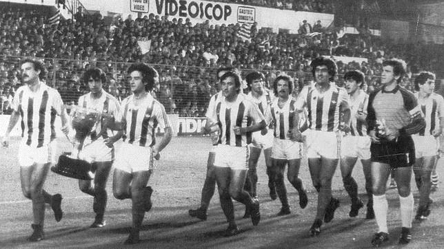 Los jugadores de la Real pasean la Copa de campeones de Liga en 1982