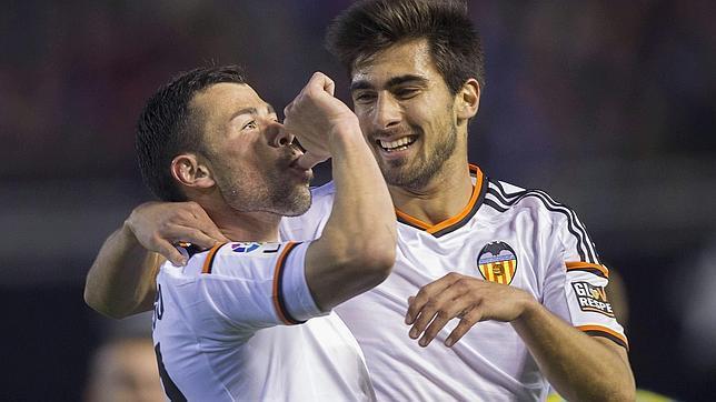 Javi Fuego celebra un gol al Sevilla en Mestalla en un partido liguero