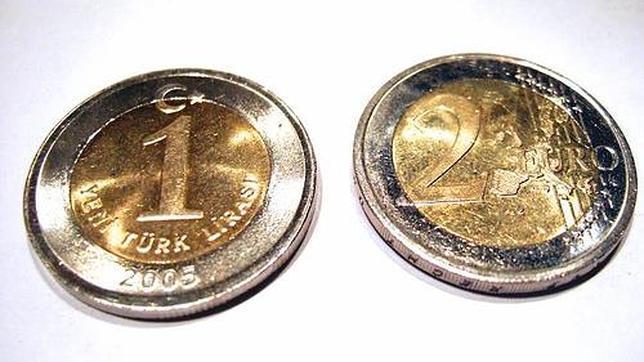 Moneda turca y de 2 euros.