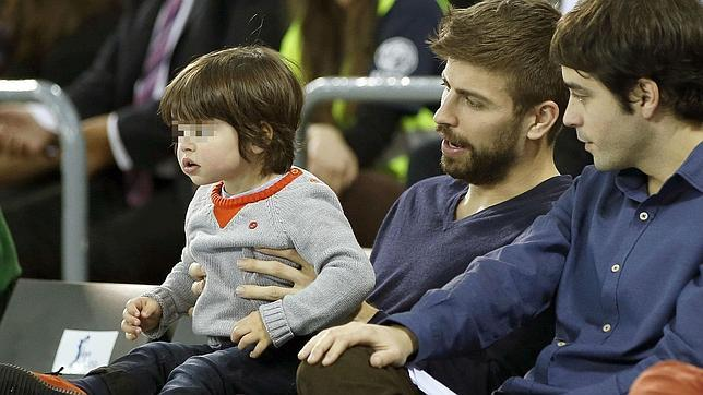 Shakira's sons Milan and Sasha watch their dad Gerard ...