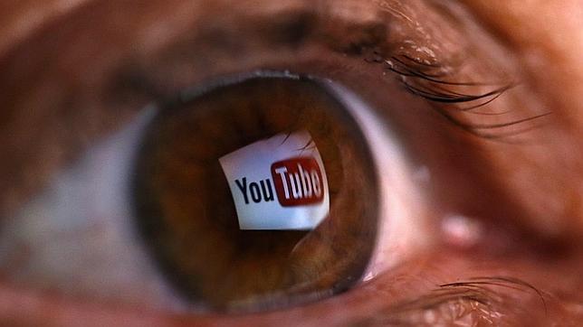 El logo de Youtube reflejado en un ojo