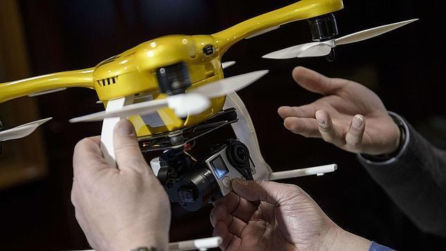 Personas inspeccionan una drone comercial