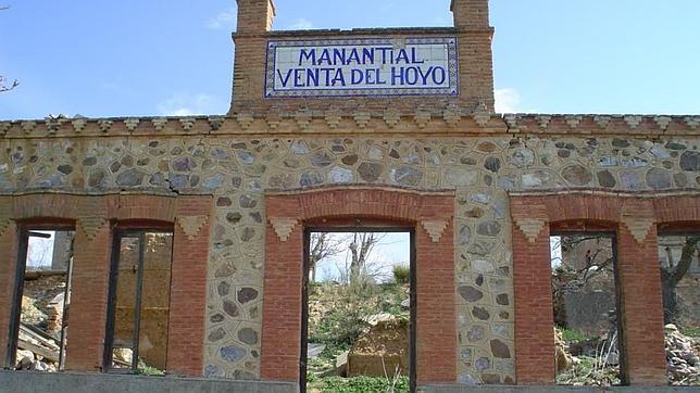 Entrada principal con azulejos de A. Pedraza