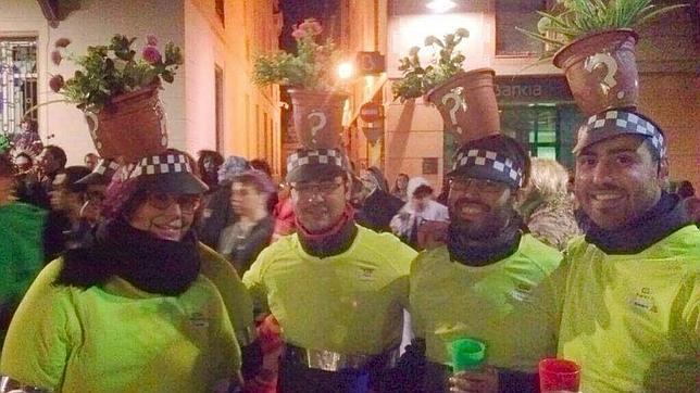 El hijo del concejal (segundo por la derecha) con sus amigos, de carnaval en Mataró (Barcelona)
