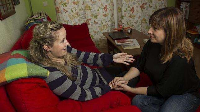 Macarena Díaz-Mayordomo coge la mano de Esther, la joven a la que como doula está acompañanado en su maternidad
