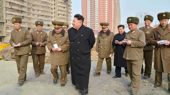 La cohorte del «líder» toma nota de todas sus ocurrencias, algunas de las cuales se convierten en doctrina a seguir por la población