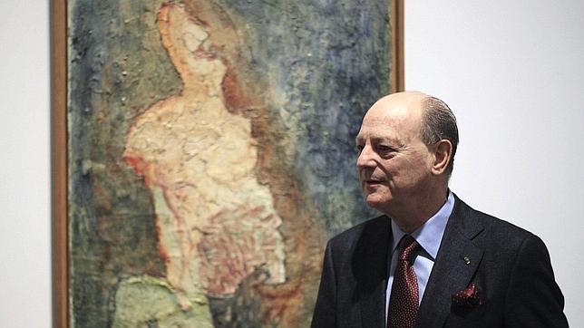 Jean Claude Gandur, ayer en el Reina Sofía, junto al cuadro «Sarah», obra de Fautrier