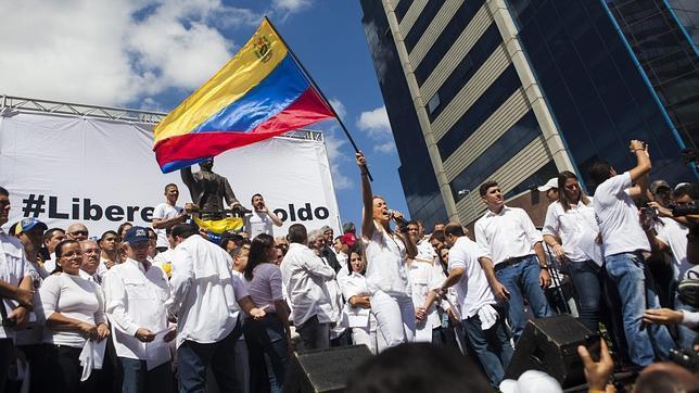Lilian Tintori, esposa de Leopoldo López, enarbola la bandera venezolana durante la concentración en Caracas