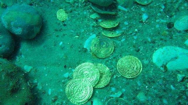 Monedas halladas en el fondo del mar en Cesarea