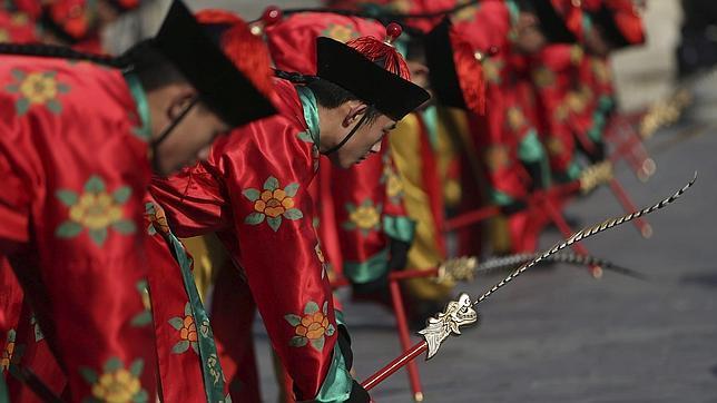 Artistas chinos con trajes de la era imperial de la dinastía Qing actúan durante un ensayo de la recreación del ritual Sacrificio al Cielo de cara a las celebraciones por el Año Nuevo Lunar o Festival de Primavera en el Templo del Cielo en Pekín (China)