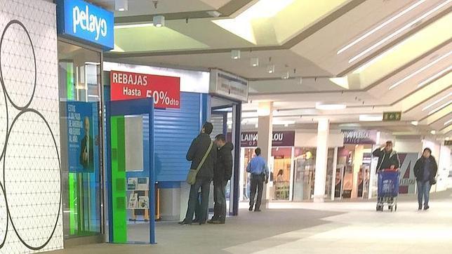 Pánico en el Carrefour al obligar los asaltantes al público a arrojarse al suelo