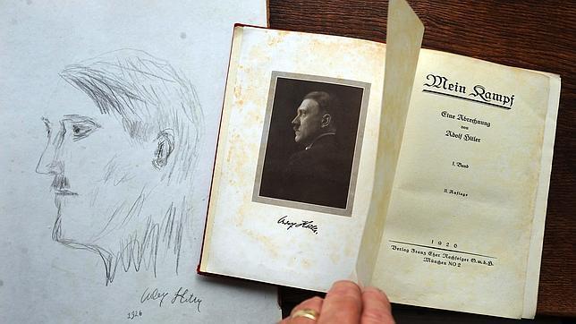 Las primeras páginas del libro de Hitler junto a un boceto de su rostro