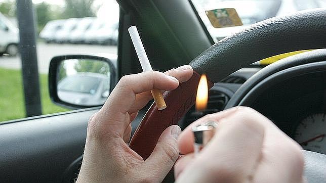 Fumar en los coches delante de niños está prohibido en Reino Unido y se multará a partir del próximo 1 de octubre a quien lo haga