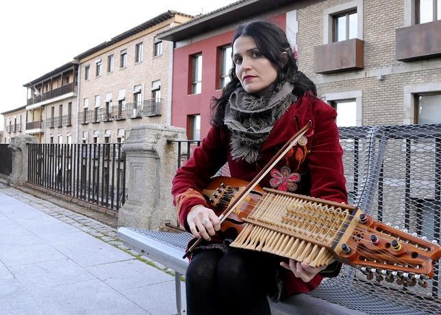 La música «toledana» Ana Alcaide posa con su nyckelharpa