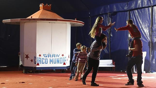 Los niños juegan en la carpa del circo
