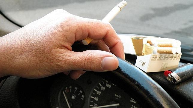 El olor y la degradación que provoca el tabajo en el interior del coche devalúa su precio en el mercado de ocasión.