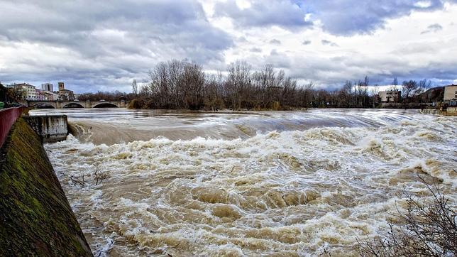 Imagen de una de las últimas crecidas del Ebro a su paso por Logroño