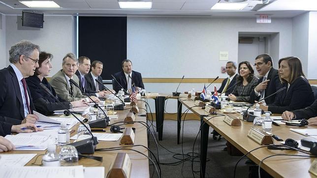 La delegación de EE.UU. (i) y la de Cuba (d), reunidas este viernes en Washington